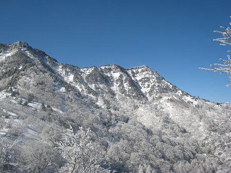 夜明峠から望む石鎚山2