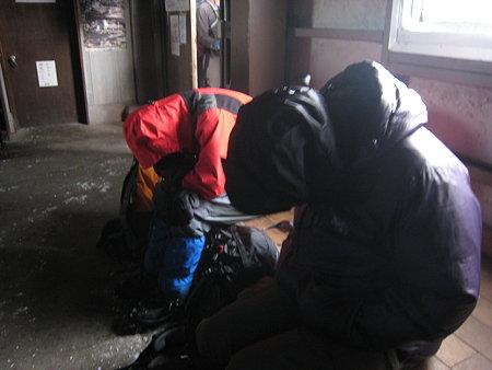 避難小屋で寝るtakさん(左)、ganzさん(右)