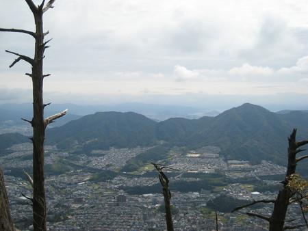山頂付近からの景色2(左:武田山、右:火山)