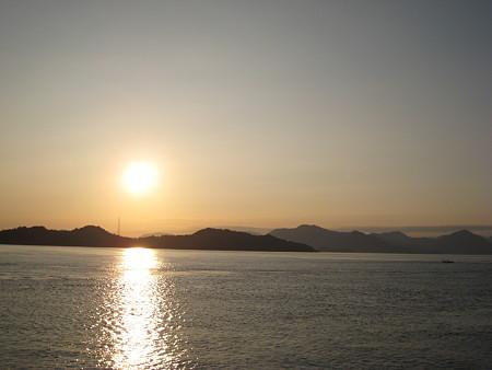 朝日で輝く瀬戸内海の島々1