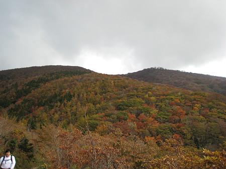 大膳原から望む烏帽子山(左)と比婆山(右)