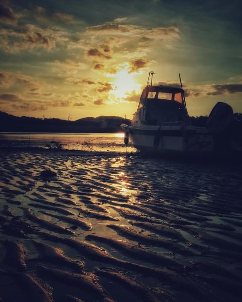 写真: 船も心なしか黄昏て