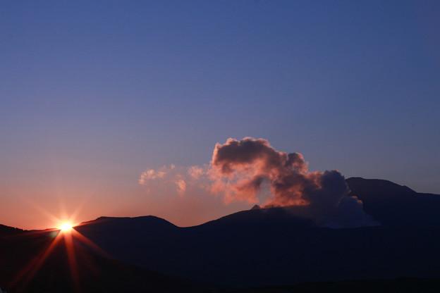 Photos: 朝日を受ける阿蘇山噴煙