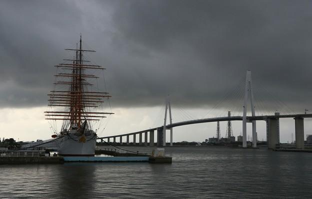 梅雨の新湊大橋と海王丸