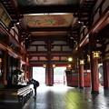 写真: 早朝の浅草寺
