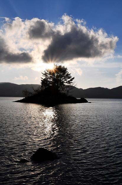 写真: 檜原湖の夕景