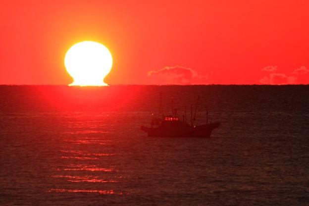 写真: 川尻漁港 だるま朝日