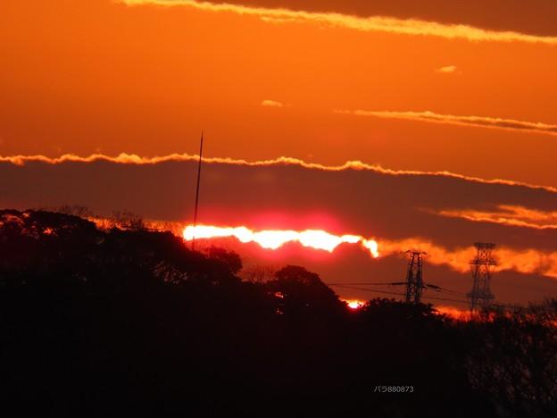 雲の切れ間に朝陽の丸みが♪