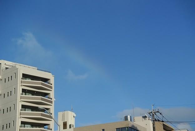 青空に吸い込まれる虹