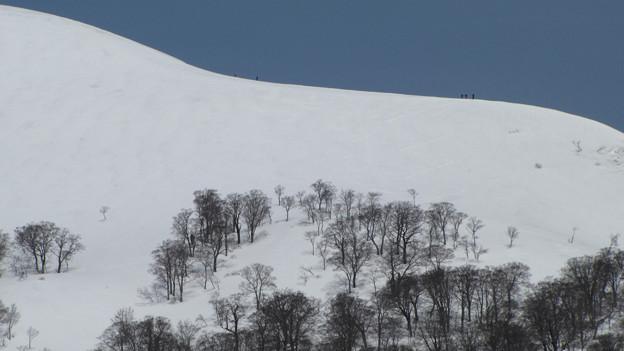 湯殿山稜線上の登山者