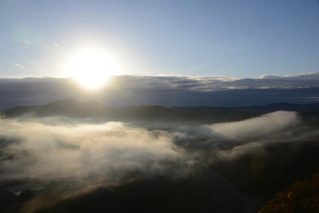 写真: 東の雲から陽が昇ると