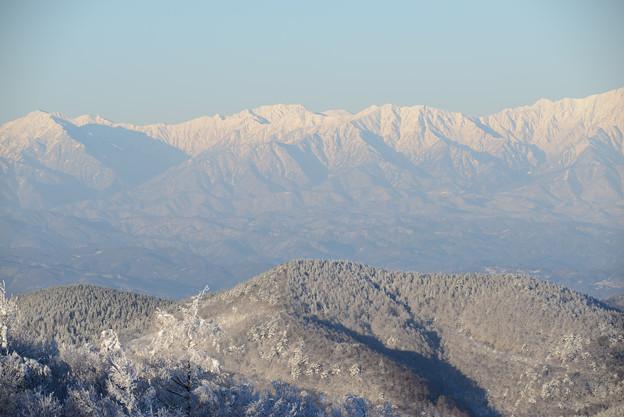 陰る扇沢、爺が岳の奥に立山が見える