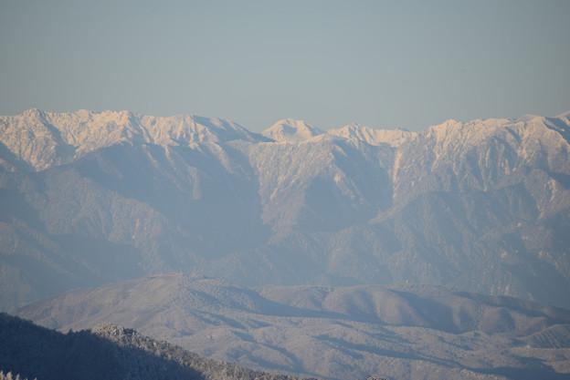 後立山連峰の間から鷲羽岳が顔を出している