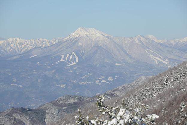 白く高い高妻山、手前が飯縄山