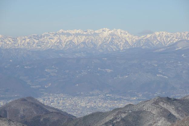 戸隠連峰の麓に長野中心部のビル群が