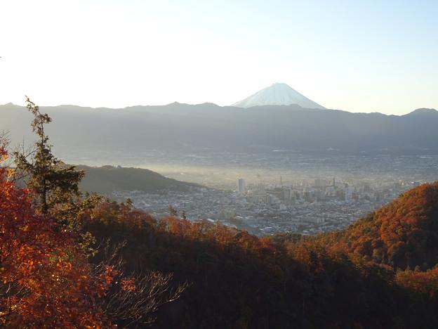 旭日を受ける富士と甲府市街
