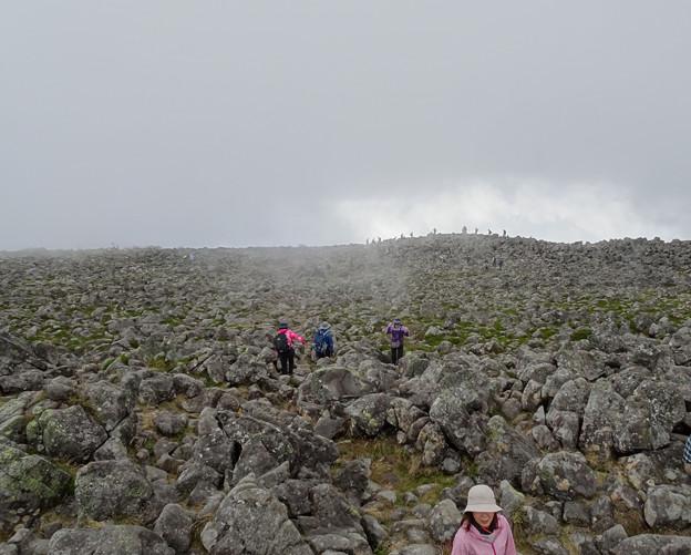 Photos: 広い岩だらけの頂上