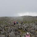 広い岩だらけの頂上