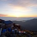 頂上から日の出を見る