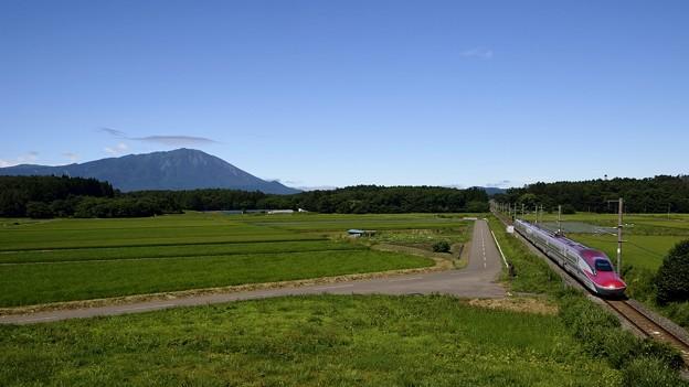 Photos: 秋田新幹線こまちと岩手山 180808 (1) (1600x900)