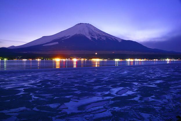 写真: 河口湖與富士山夜景