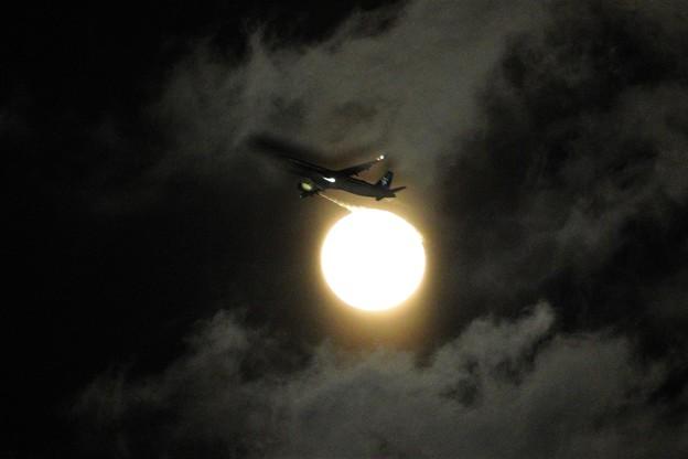 雲に写る飛行機の影