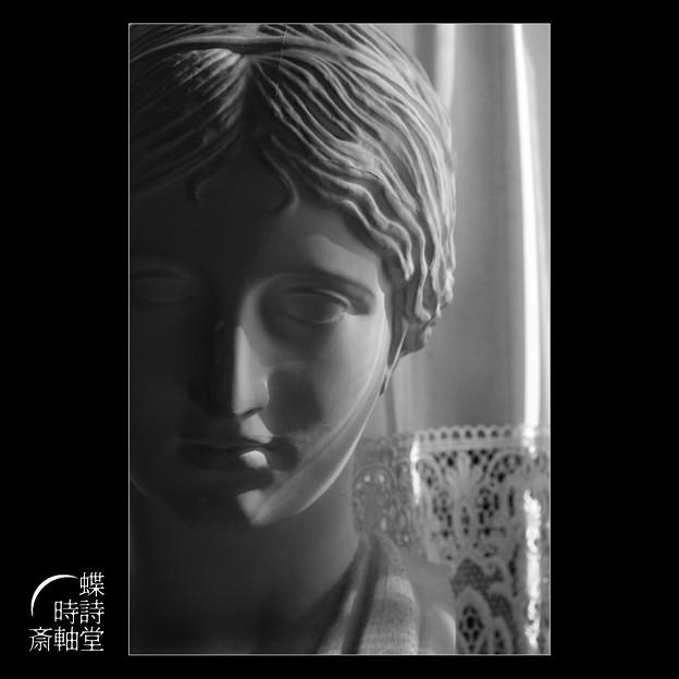 窓辺の胸像